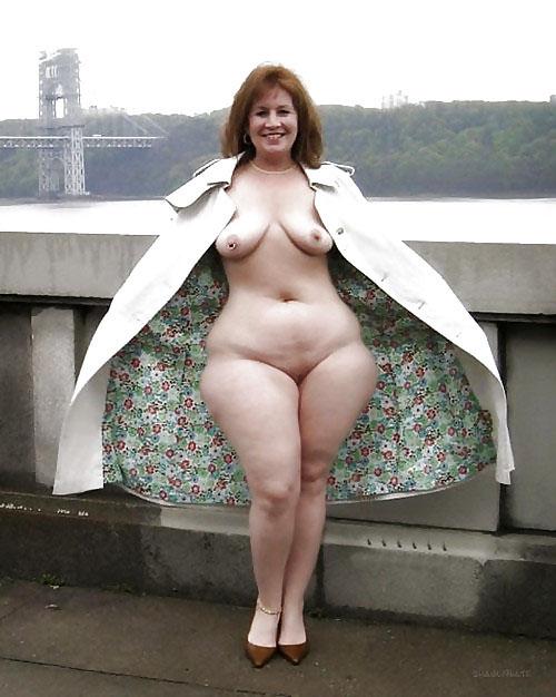 Сексуальная голая телка с широкими бедрами хочет жесткой ебли