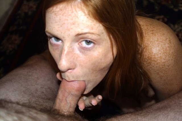 18-и летняя рыжая красотка показывает сиськи и сосет толстый хуй