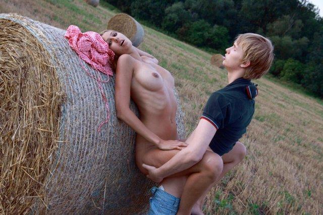 Деревенская 18-и летняя рыжая красотка трахается на природе