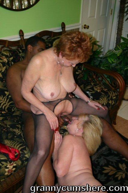 50-и летняя женщина ебется и сосет черный хуй в межрасовой ебле