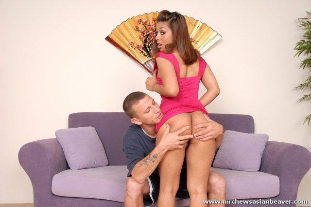 Сексуальная азиатка в платье сосет хуй и показываем пизду