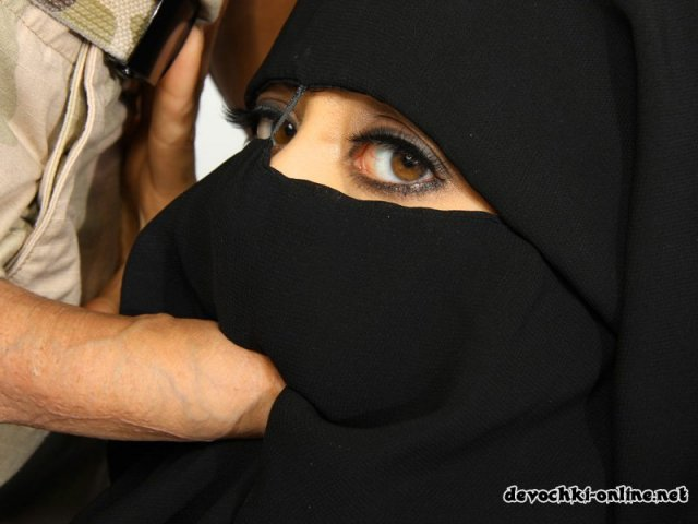 Арабское порно с голой красоткой сосущей член и трахающейся в пизду