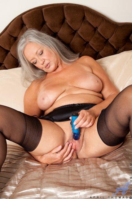 Зрелая бабка в чулках дрочит письку фаллоимитатором лежа на кровати