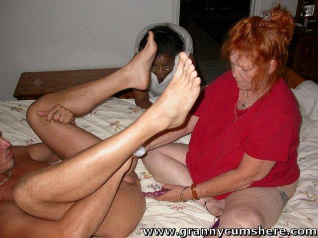 Бабка дрочит толстый член и трахает очко страпоном