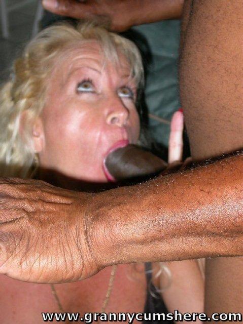 Бабка с большими сиськами любит БДСМ и ебаться в пизду