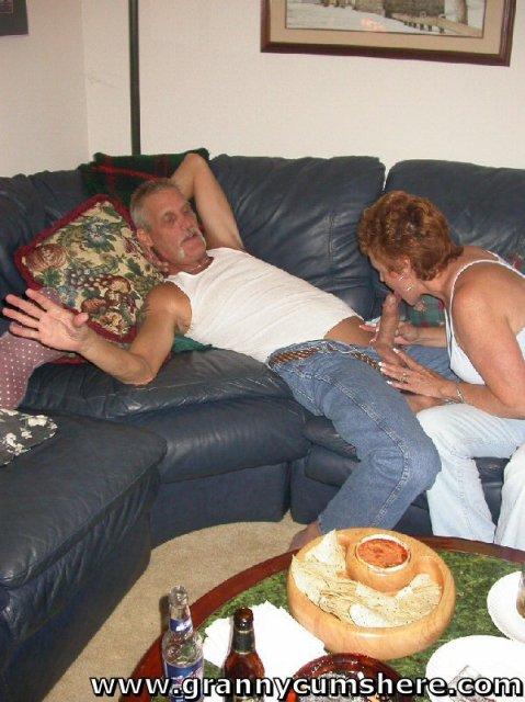 Бабуля ебется в позе раком с дедом послу минета