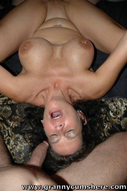 Молодая бабуля ебется в рот жопу на природе до оргазма