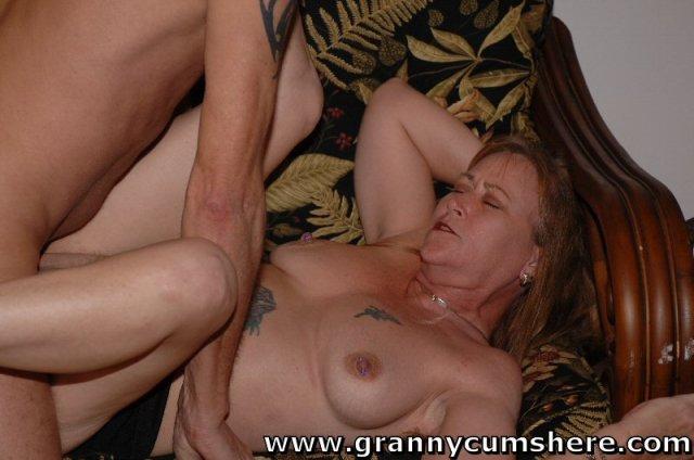 Зрелая баба ебется в пизду и получает мощный оргазм