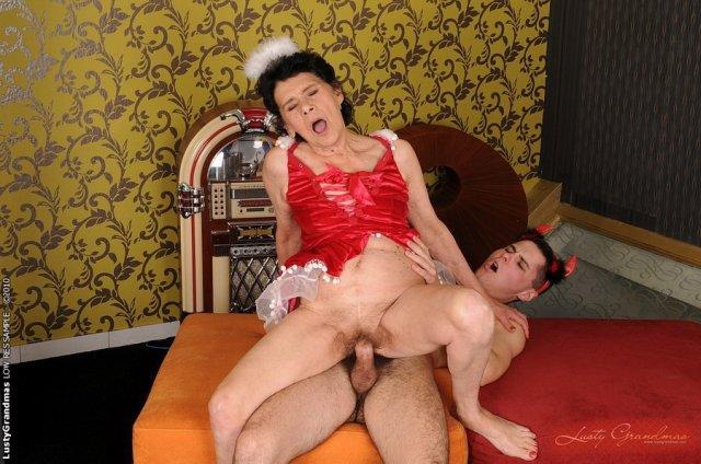 Зрелые бабы любят ебаться на кровати и получать оргазм