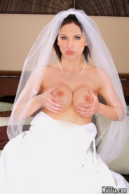Невеста с большой грудью раздевается и дает полизать киску
