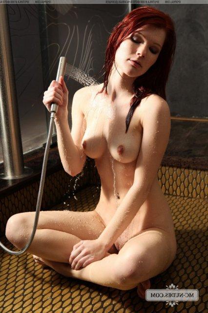 Рыжая леди моется в душе и занимается мастурбацией