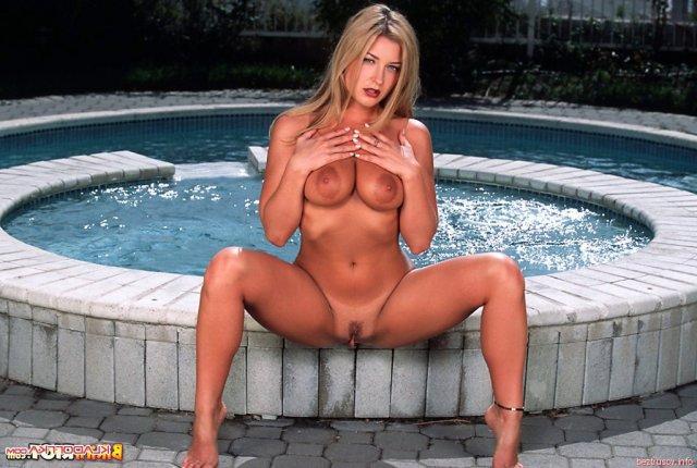 Сексуальная блондинка эротично позирует для порно в нижнем белье