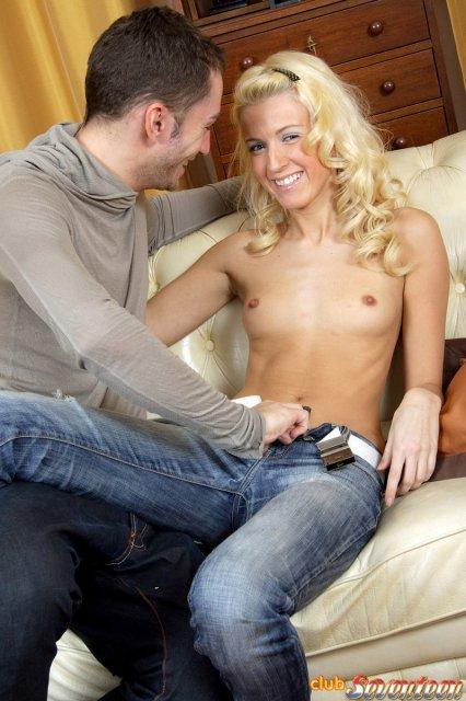 Галерея молодой блондинки с маленькими сиськами отсасывающей член