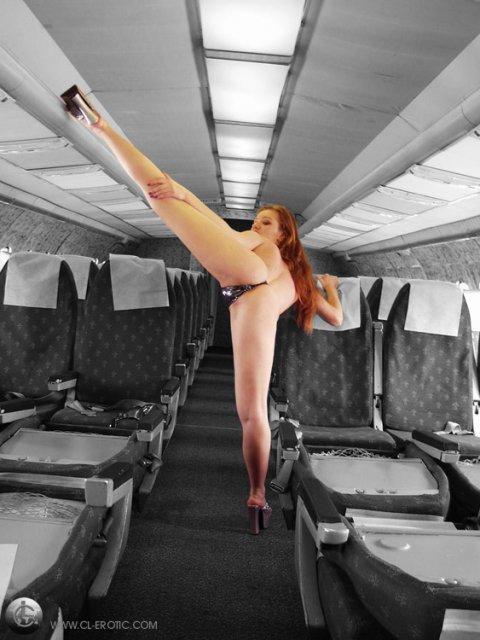 Рыжая гимнастка показывает мокрую киску и грудь при мастурбации