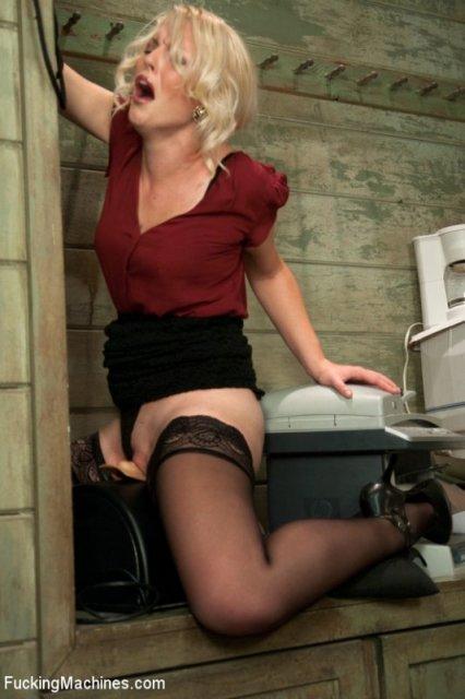 Молодая и симпатичная блондинка ебется с помощью дилдо в пизду