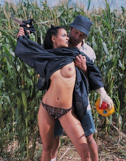 Негритянка с тату ебется в анал на природе после минета