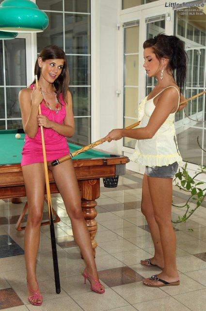 Молодые девочки ебутся страпоном на бильярдном столе после куни