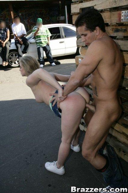 Молодая леди ебется в запретном порно с братом на улице