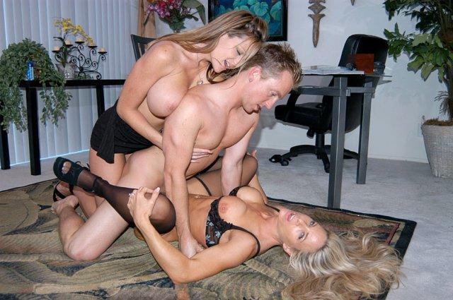 На откровенных фото порно звезды ебуться в сексе втроём
