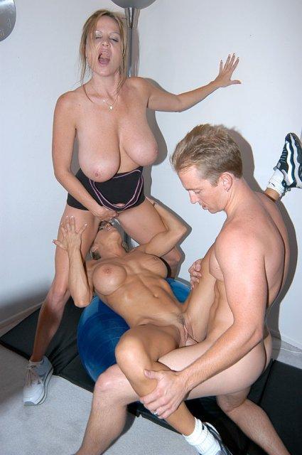 Порно звезды на фото ебуться в групповом сексе