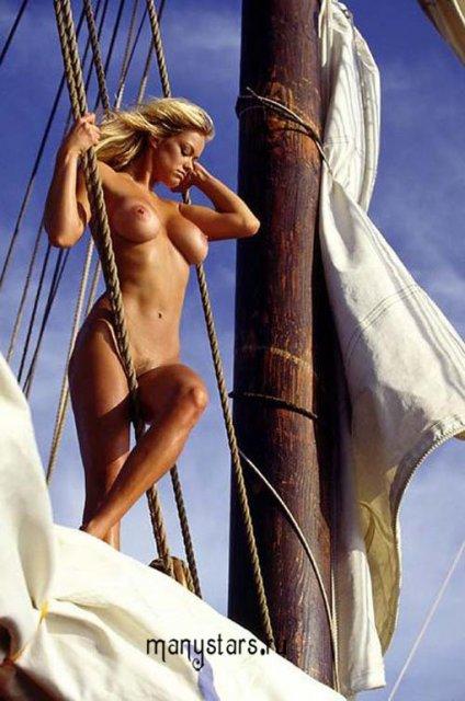 Знаменитая русская Наталья Соколова откровенно позирует на фото голой