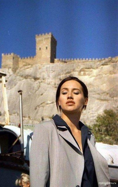 Голая известная Ольга Филипова на фото показывает волосатую пизду