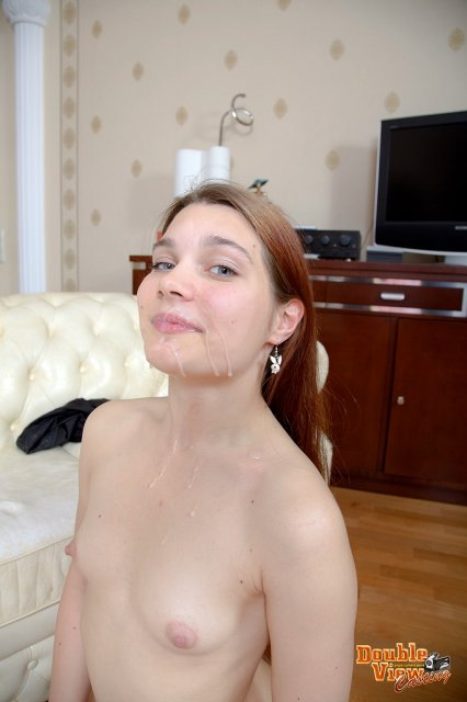 Интим фото красивой малолетней девушки, отсасывающей хуй