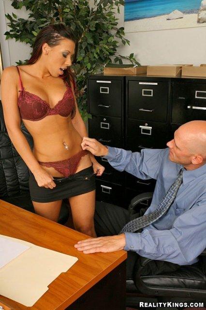 Мулатка секретарша на интим фото отсасывает хуй и ебется в пизду в офисе