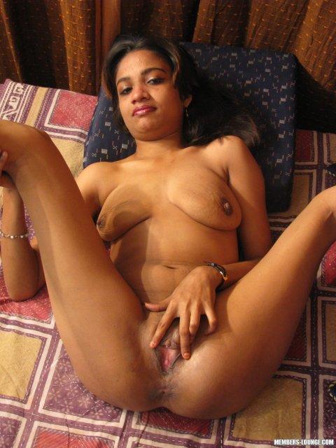 Сексуальная казашка раздвигает ноги показывая волосатую пизду