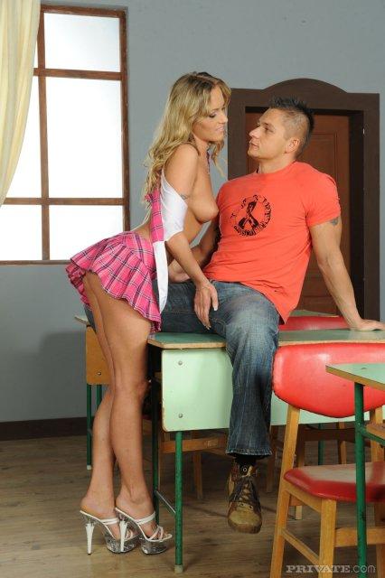 Картинки с блондинкой, отсасывающей член и занимающейся жестким сексом