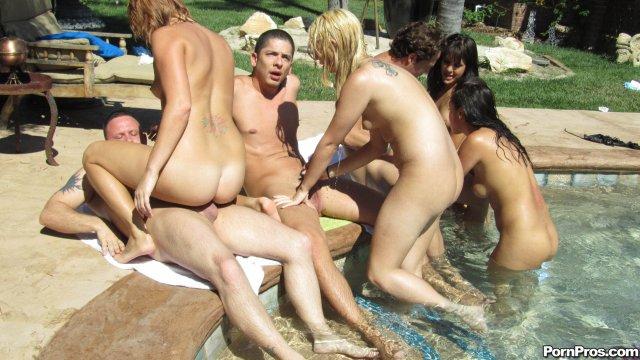 На девушек кончили во время группового секса  в бассейне после минета