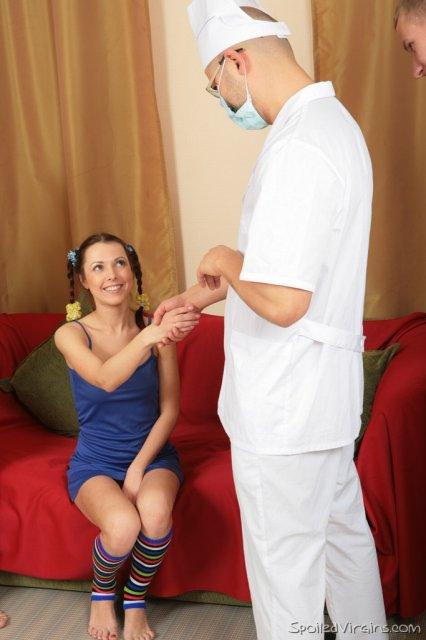 Стройная и красивая девушка делает минет и ебется в киску в оргии