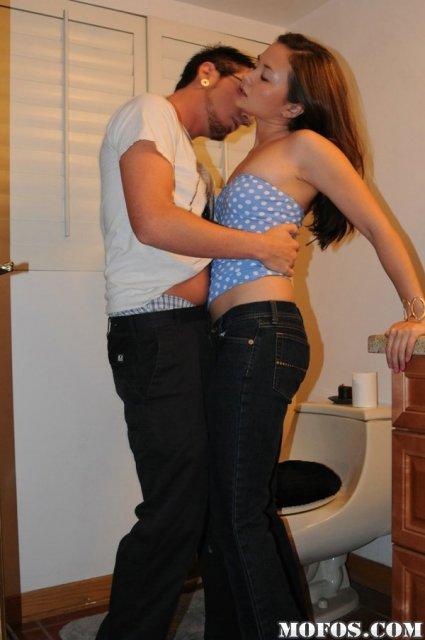Крутое порно с малолетней девушкой занимающейся сексом после отсоса