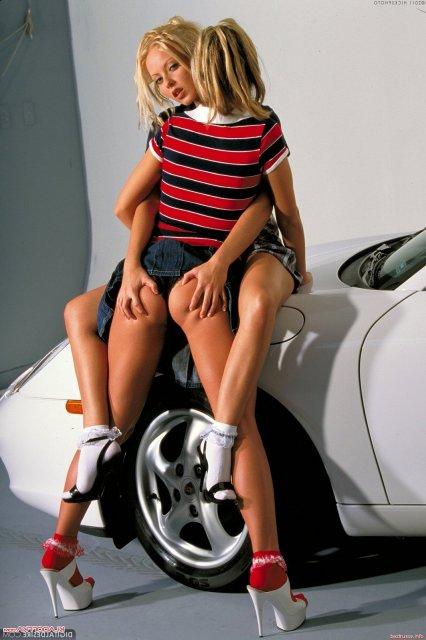 Стройные лесбиянки занимаются сексом лежа на авто с голыми вагинами