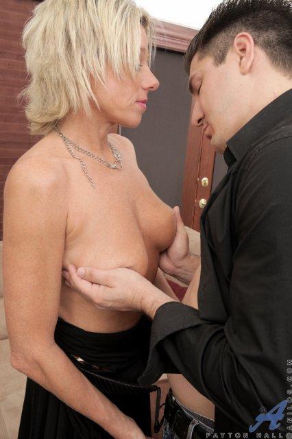 Зрелая мама в чулках и большими сиськами занимается сексом с куни