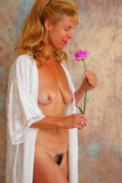 Зрелые сексуальные мамы позируют демонстрируя большие сиськи