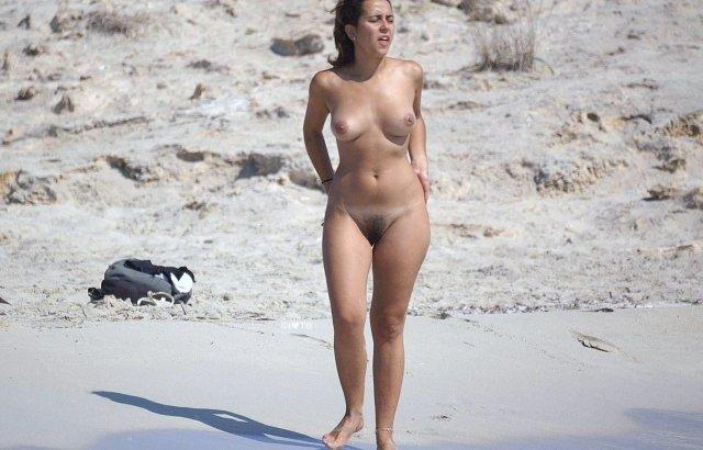Зрелая толстая мама позирует в трусах и демонстрирует голую пизду