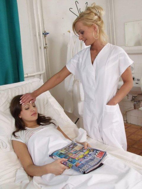 Медсёстры обожают лесбийский секс и дрочат влажные пилотки языком