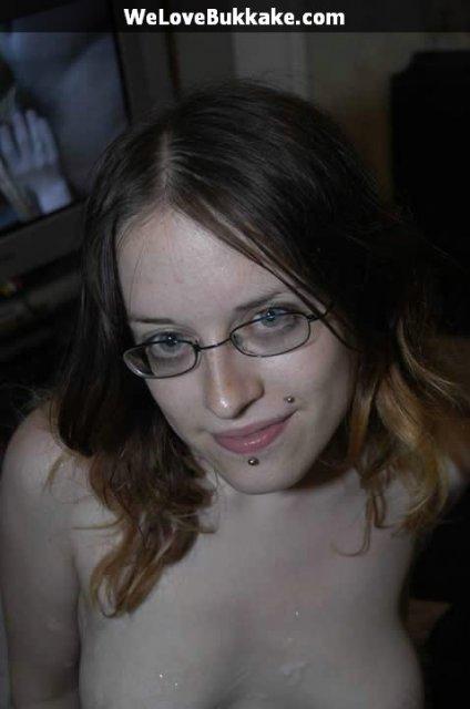 Молодая девушка обожает групповой секс и глубокий минет