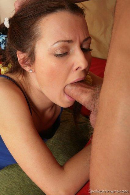 Девушка с маленькими сиськами и бритой пиздой в первом сексе втроём