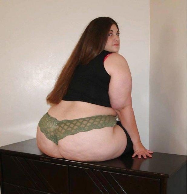 Полненькие леди с большими жопами и сиськами позируют в нижнем белье