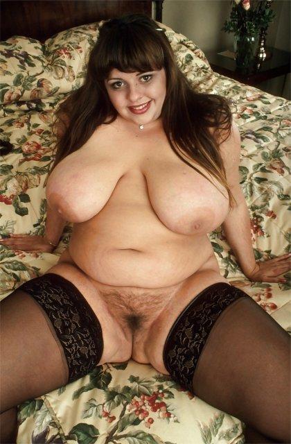 Зрелые полненькие тётки в чулках мастурбируют киску фаллоимитатором