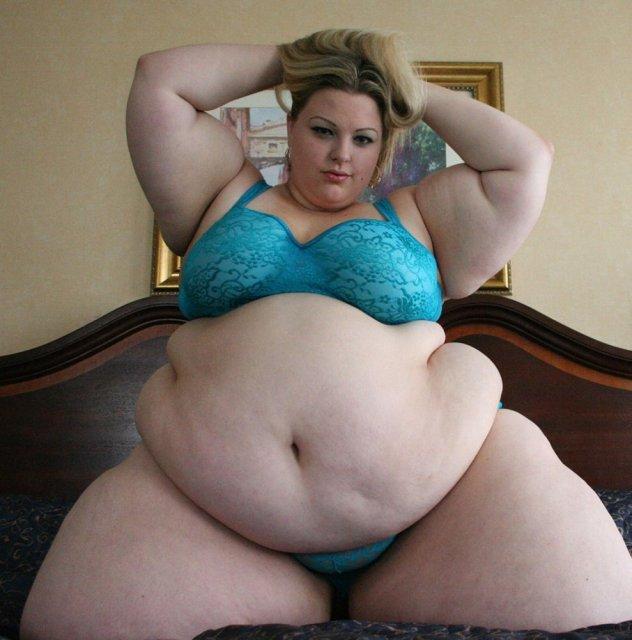 Полненькие бабы с большой жопой и голыми сиськами занимаются сексом