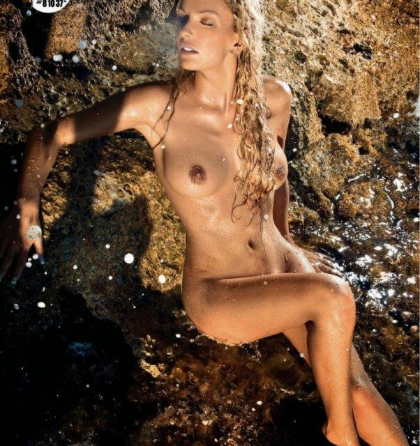 Порно журнал с голой грудастой блондинкой, думающей о сексе