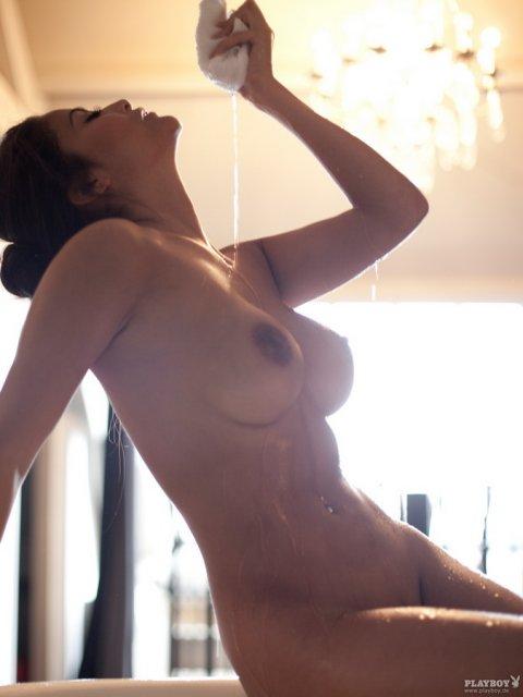 Сексуальные красотки с большими жопами позируют на камеру для порно журнала