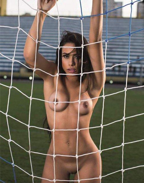 Порно журнал с голой брюнеткой с аппетитной попкой  и голыми сиськами