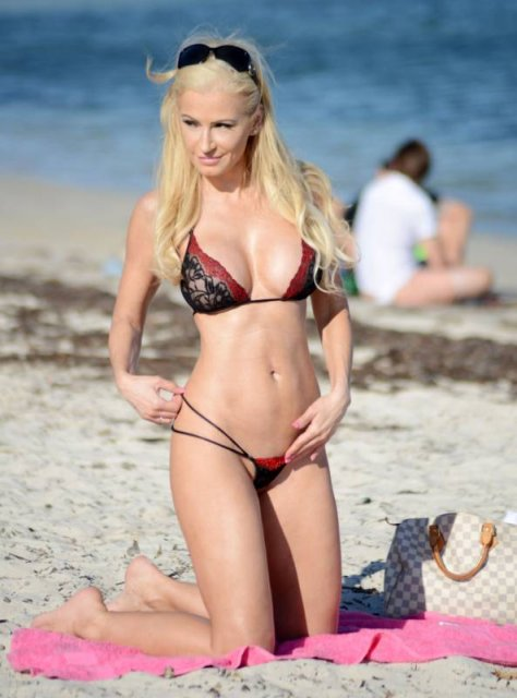 Красивая блондинка с большой попой позирует для порно журнала на пляже