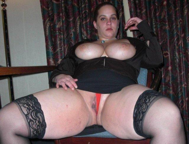 Красивая пышка в чулках раздвинула ноги и показала пизду мастурбируя
