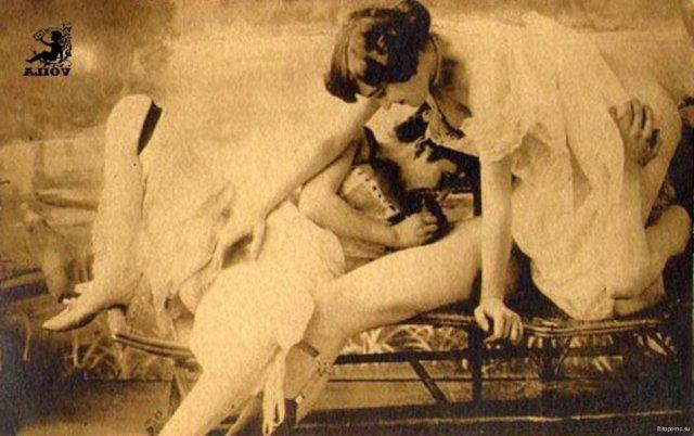 Ретро фото красавиц и девок, показывающих попки и большие сиськи