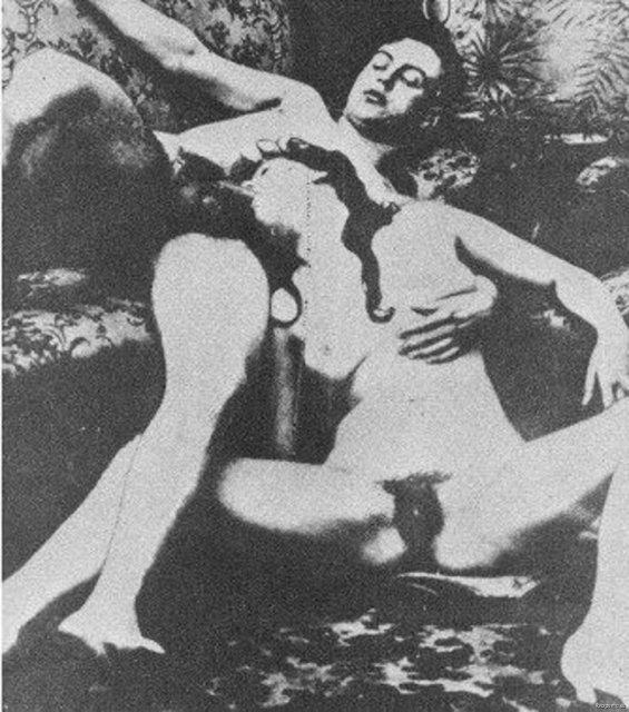 Ретро секс с похотливой шлюхой с волосатой киской в попку и вагину раком